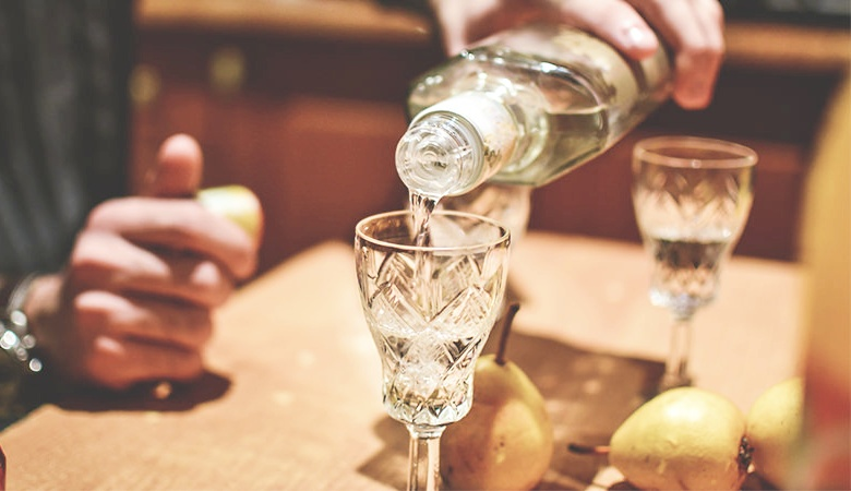 открытая бутылка водки
