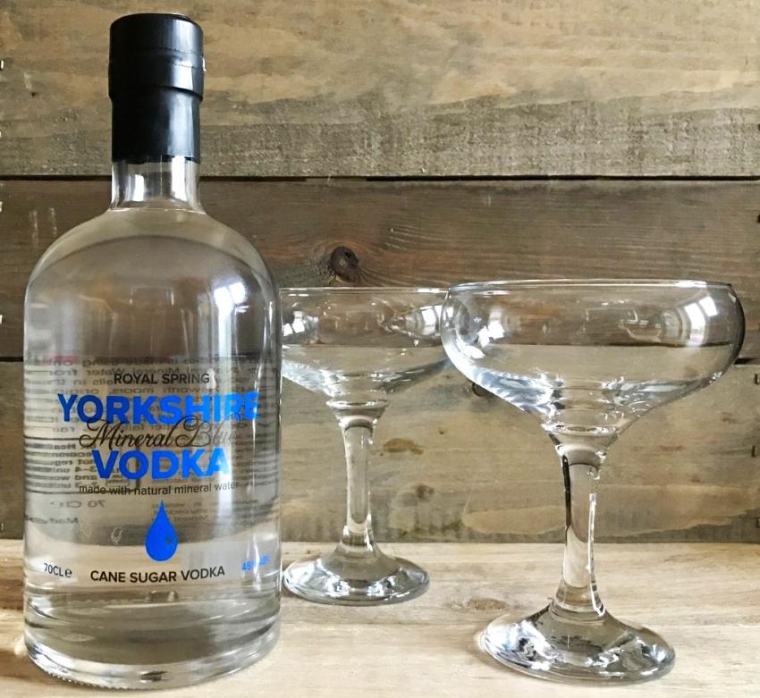 бутылка водки со стаканами