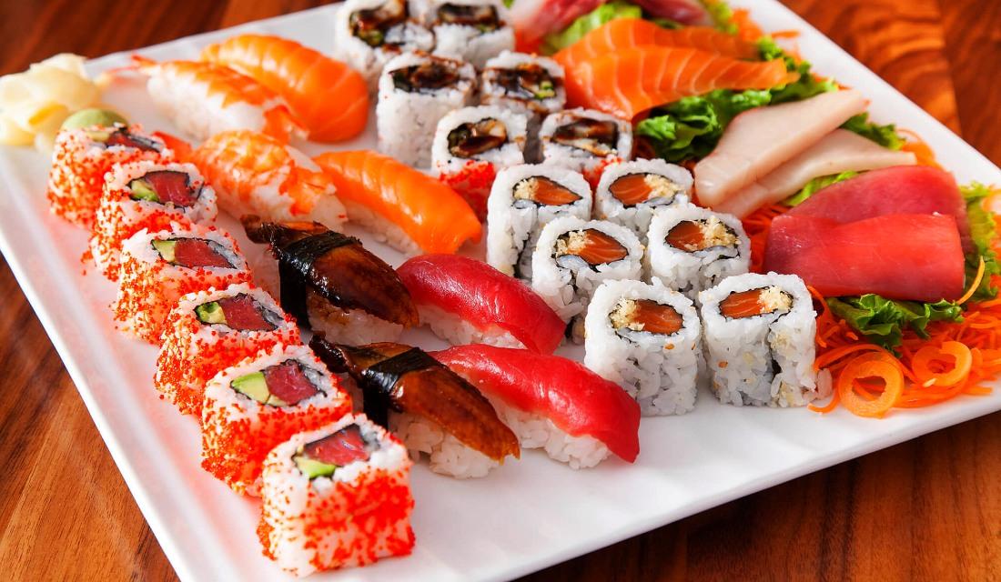 ассорти вкусных суши